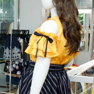 【芸能裏話】映画の制作発表トークイベント で衣裳協力したのはフリル袖と リボンが可愛いオープンショル ダーブラウスLL-5L